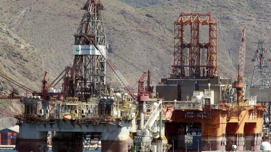 Dos nuevas plataformas petrolíferas en el puerto de la capital tinerfeña / Cristóbal García, Efe