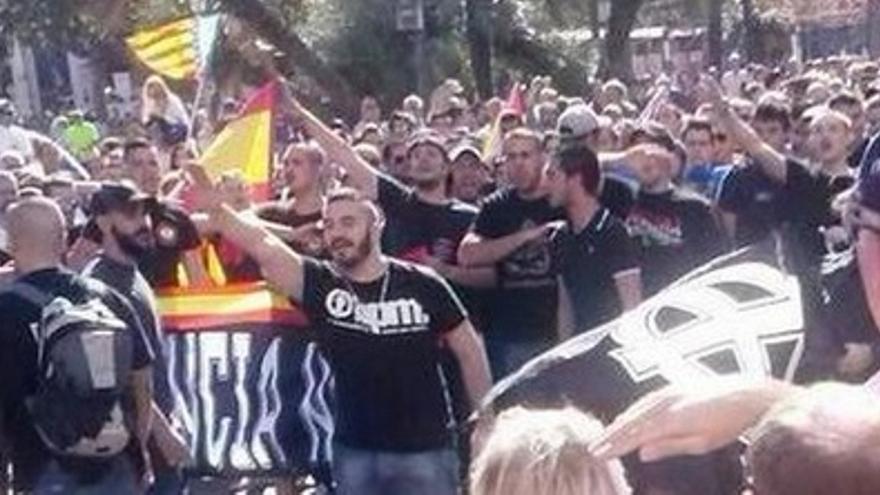 Imagen del grupo con simbología nazi que desfiló el 9 d'Octubre