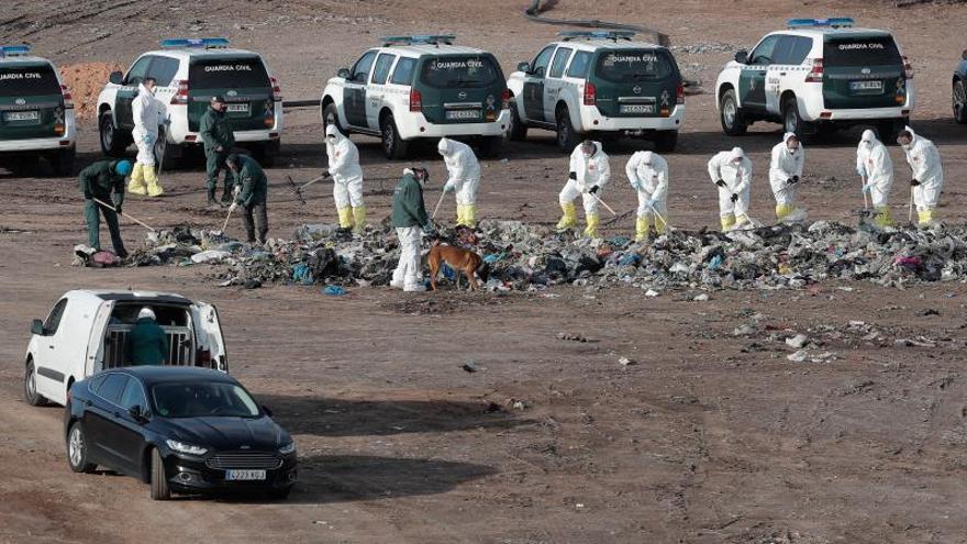 Un grupo de guardias civiles trabajaban el pasado jueves en la búsqueda del cuerpo de Marta Calvo en el vertedero de Dos Aguas (València).