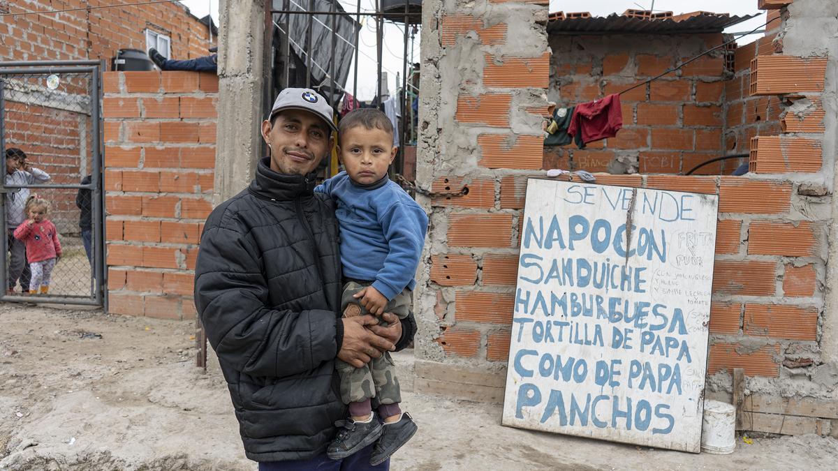 Marcelo y sus hijo Tobías, en su casa de La Carcova.