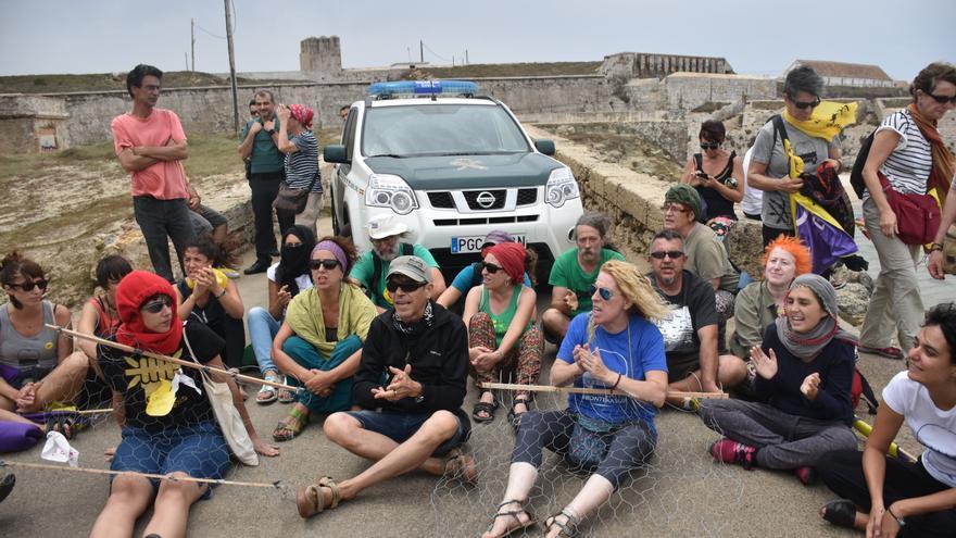 Algunos activistas ante el CIE de Tarifa.