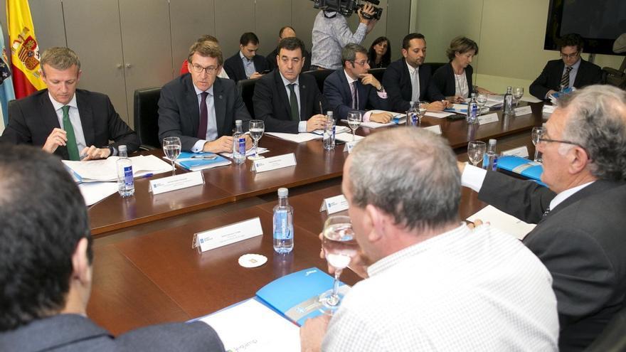 Feijóo y otros cargos, en la Comisión Galega de Coordinación Local