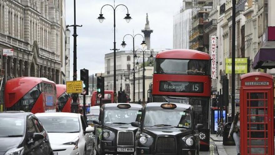 Calles de Londres con los autobuses de dos pisos, los taxis negros y las cabinas telefónicas hoy en otro uso.