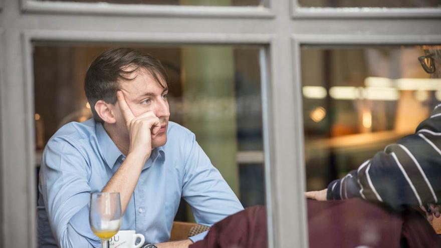 Javi López, durante la entrevista en un café barcelonés    foto: SANDRA LÁZARO