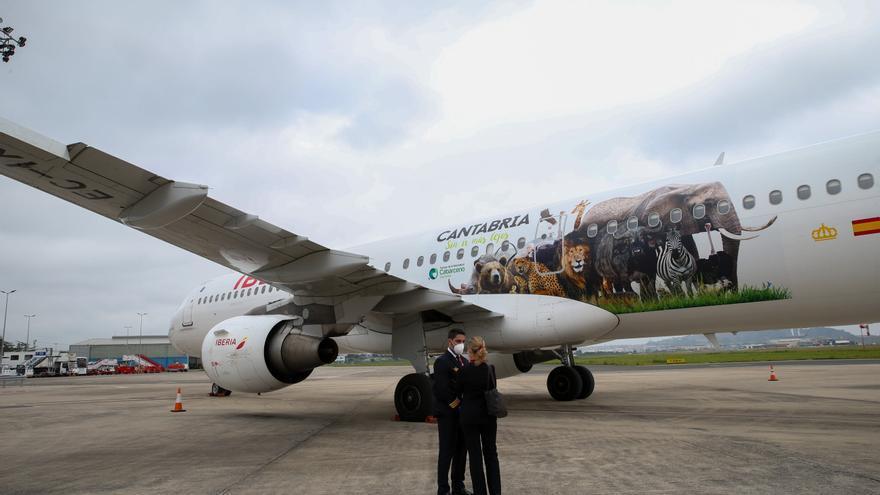 El avión de Iberia rotulado con la imagen de varios animales del Parque de Cabárceno llega al aeropuerto Seve Ballesteros de Santander.