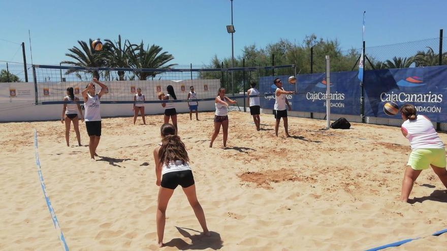 Jóvenes en la  VI Escuela de Verano de Voley Playa CajaCanarias