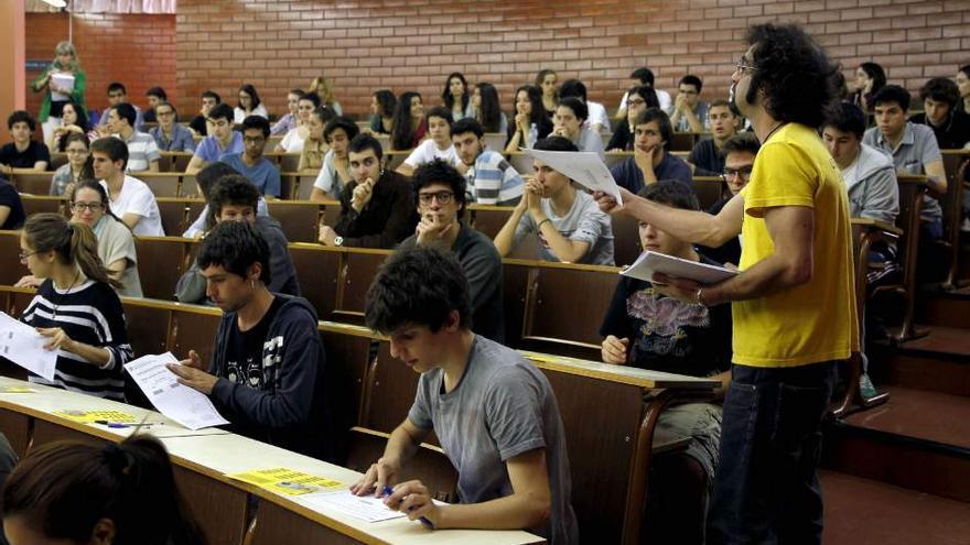 Estudiantes universitarios. El Gobierno de la Comunidad de Madrid ha decidido a través de Decreto el aumento de hasta un 100% de las tasas para los extracomunitarios / Efe