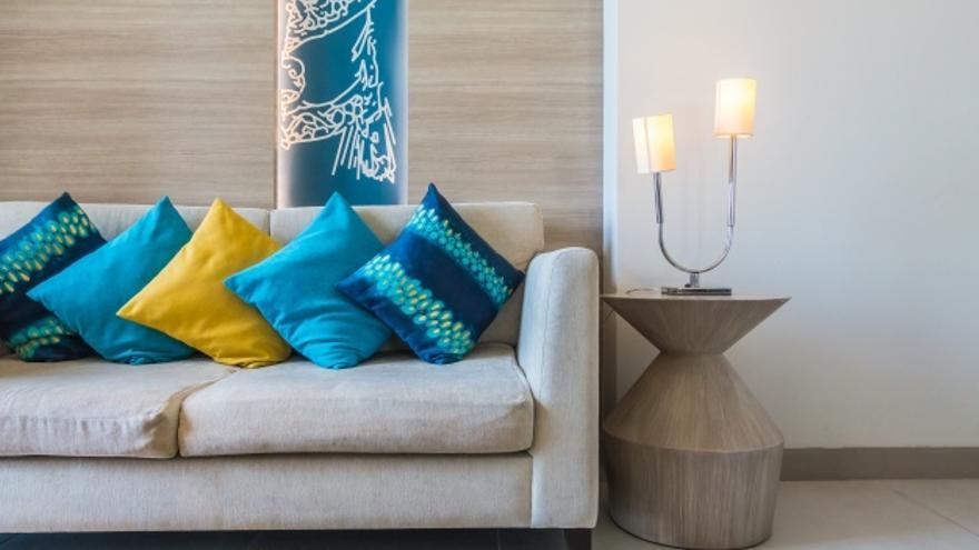 sofa-muchos-cojines_1203-323