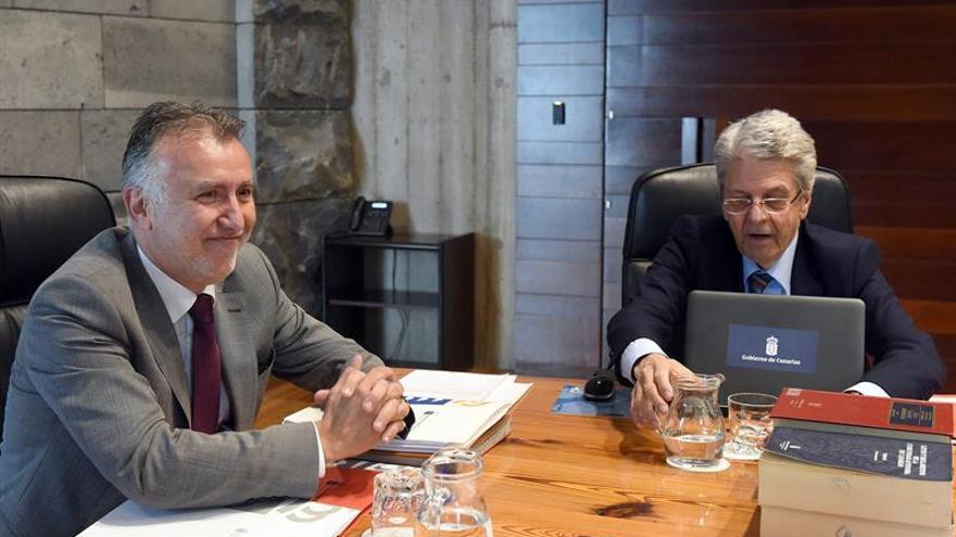 El presidente de Canarias, Ángel Víctor Torres (i), preside la reunión semanal del Consejo de Gobierno