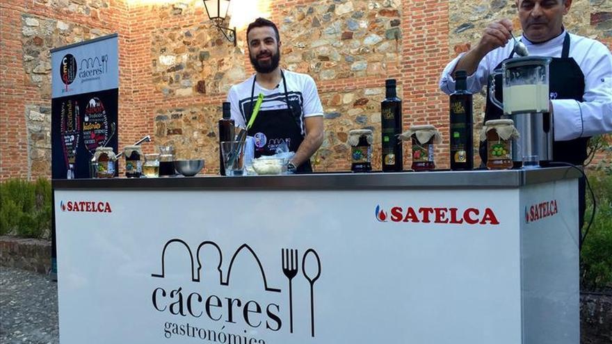 Huecco se pone el delantal en Cáceres y cocina con su propio aceite