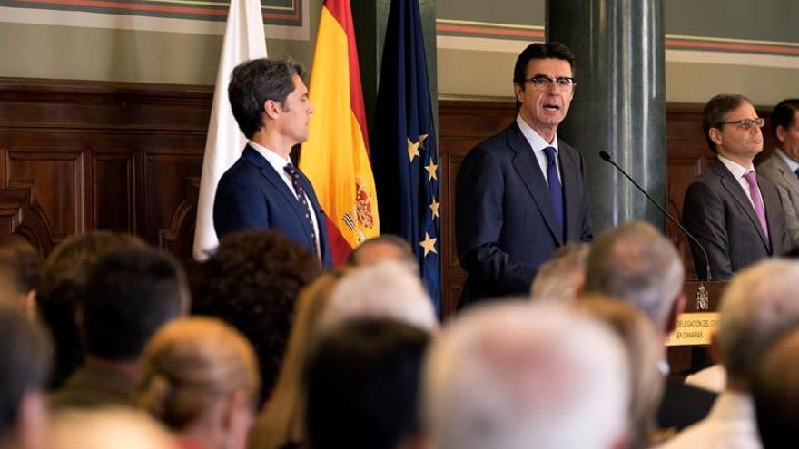 El ministro de Industria, Energía y Turismo, José Manuel Soria, presidió el acto por la celebración del 37 aniversario de la aprobación de la Constitución Española de 1978, que tuvo lugar hoy en la Delegación del Gobierno en Canarias. EFE/Ángel Medina G.