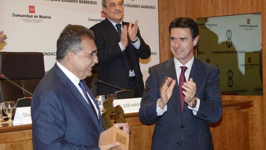 El ministro de Industria entrega un premio de la Fundación Eduardo Barreiros a Francisco Javier García Sanz, vicepresidente mundial de Volkswagen, en presencia de Florentino Pérez. Foto: MINETUR