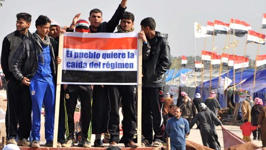 Acampada de protesta en la provincia iraquí de Anbar, un grupo de iraquíes porta un cartel en castellano (Foto cedida por el Iaqi Spring Media Center)