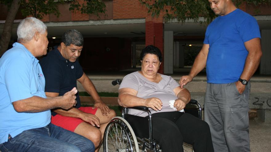 Lourdes junto a sus hijos y su marido. No tiene acceso a la sanidad pública a pesar de residir de forma legal en España. / G. S.