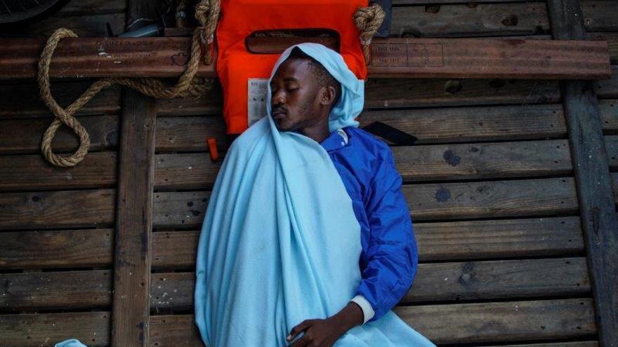Amjad, de 23 años, de Sudán, duerme a bordo del bote de rescate de la ONG Proactiva Open Arms