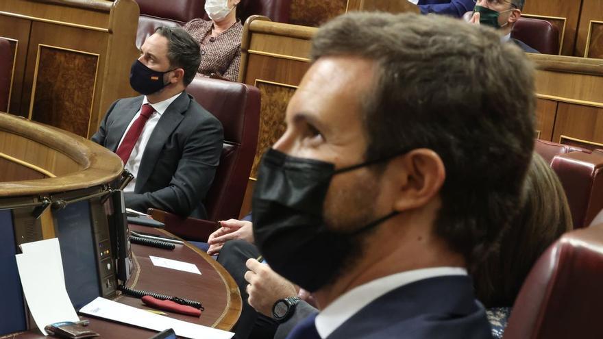 Casado y Abascal, en octubre, durante la fallida moción de censura de Vox, en el Congreso de los Diputados.
