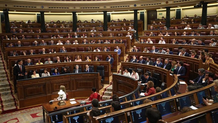 La votación definitiva de la investidura comienza con el Sí de la socialista malagueña Dolores Narváez