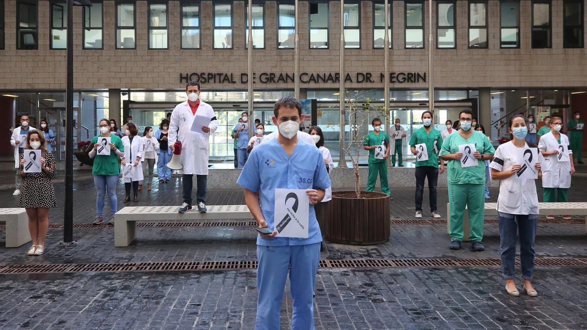 Concentración de médicos en el Hospital Doctor Negrín. (ALEJANDRO RAMOS)