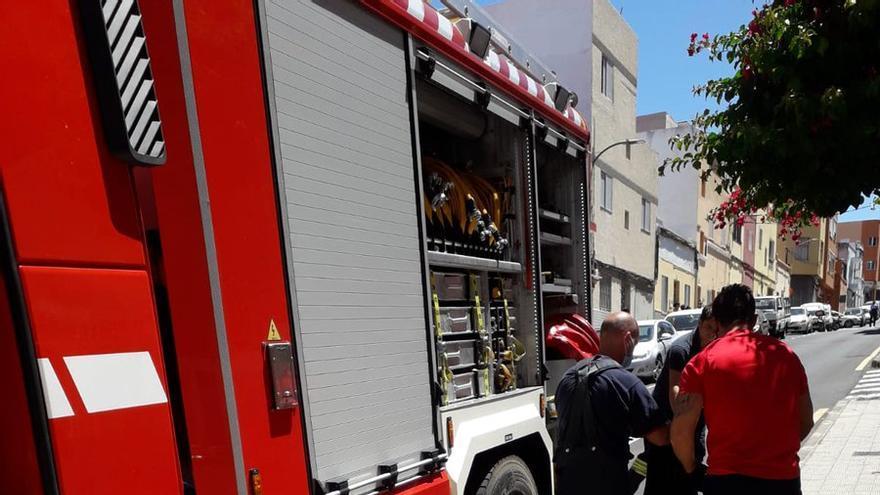 Tres personas, entre ellos un menor, resultan afectadas en el incendio de una vivienda de La Laguna