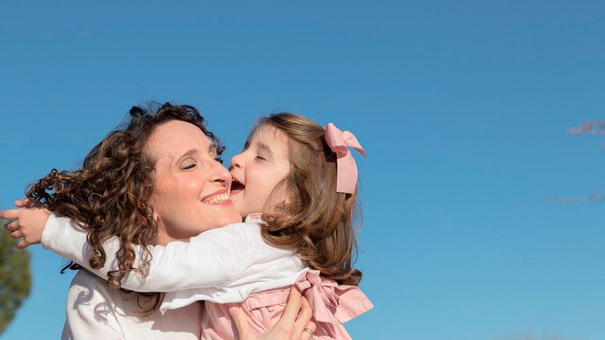 Ingrid y su hija Lola, de 3 años, pacientes participantes en la campaña.