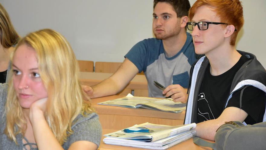 Brock Smith junto a otros estudiantes en la UCLM