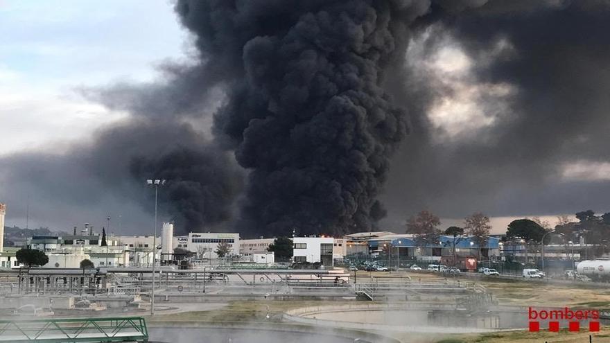 25 dotaciones de Bomberos trabajan en un incendio en un polígono de Montornès del Vallès (Barcelona)