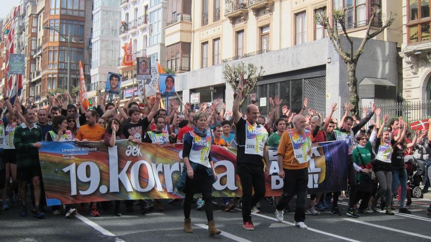 Miles de personas acompañan la llegada a Bilbao de la 19 Korrika, que ha recorrido 2.501 kilómetros en diez días