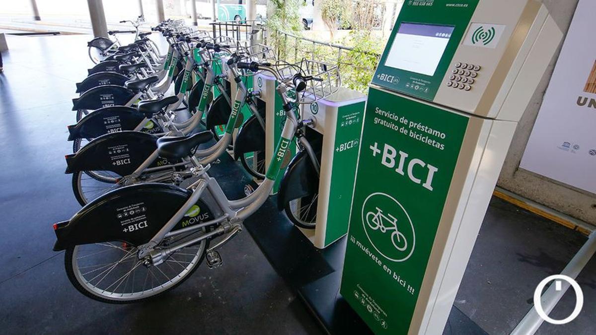 Bicicletas de préstamo en la estación de autobuses de Córdoba