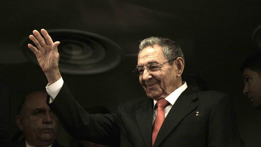 Raúl Castro recibe al primer ministro de Lesoto y al líder namibio Sam Nujoma