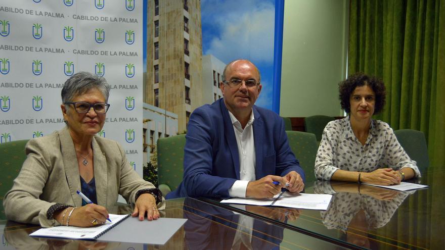 El presidente del Cabildo de La Palma en funciones, Anselmo Pestana; la consejera de Asuntos Sociales, Jovita  Monterrey (d), y la presidenta de Funcataes, Julia del Carmen Armas.