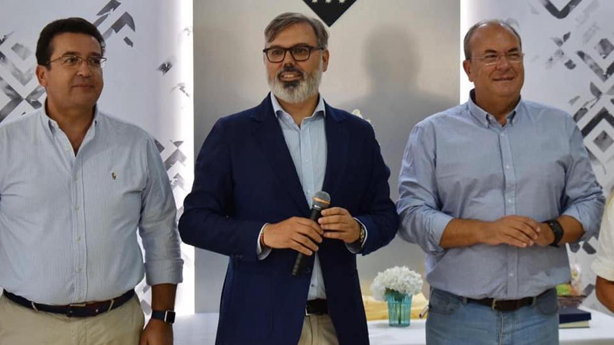 El alcalde de Plasencia (en el centro), Fernando Pizarro, junto a José Antonio Monago, presidente del PP de Extremadura (en la derecha de la imagen)