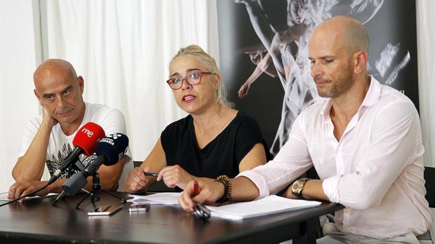 Roberto Torres, Esther Martínez (centro) y Jesús Caramé (derecha), representantes de la Asociación de Artistas del Movimiento de Canarias Piedebase