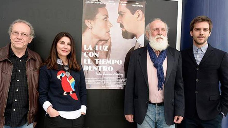 El director y los tres actores principales, en el estreno de la cinta en Huelva.