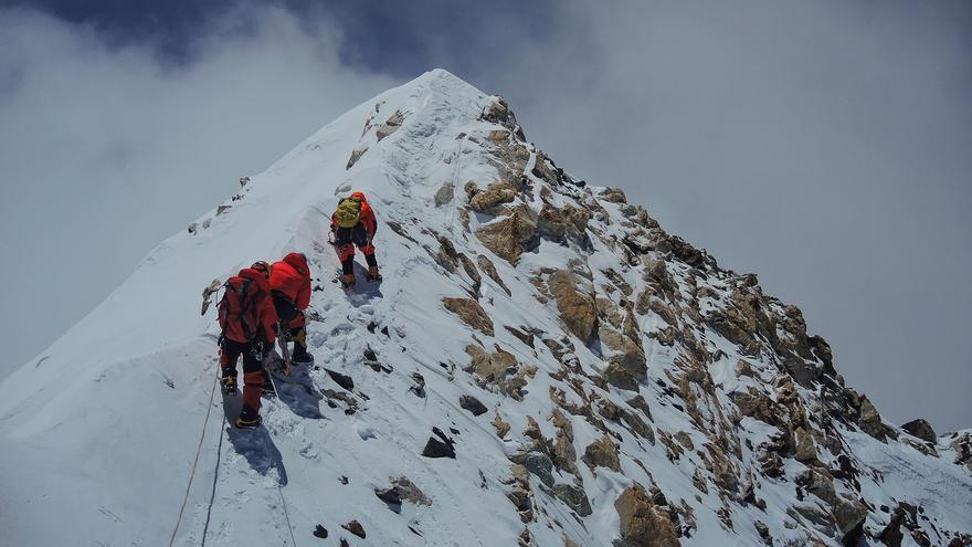Ferran Latorre, Hans Wenzl y Arjun Vajpai a escasos 10 metros de la cima (© Boyan Petrov).