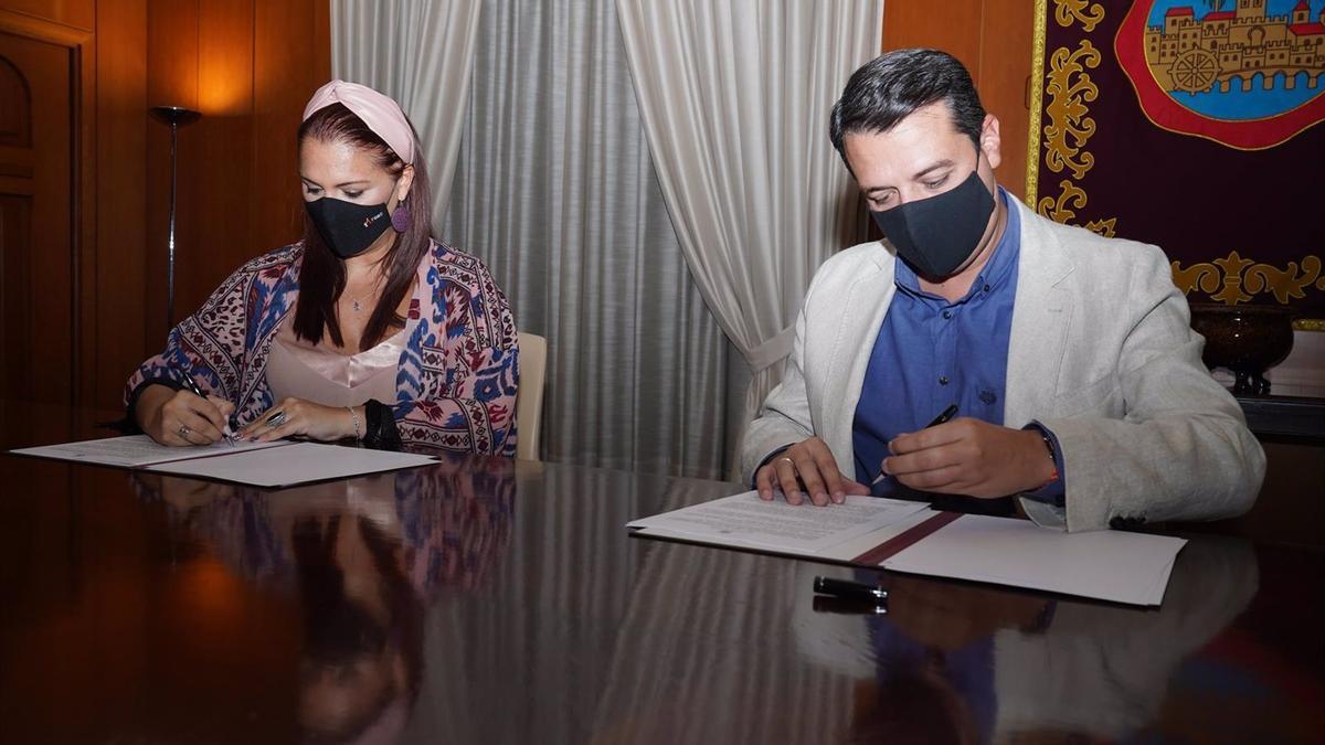 Firma del acuerdo entre una responsable de Fepamic y el alcalde de Córdoba.