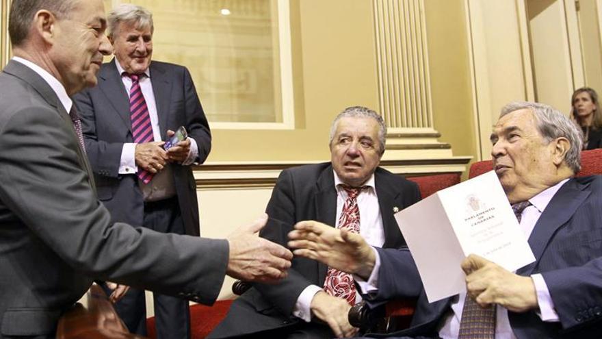 Paulino Rivero (i), saluda a Manuel Hermoso, Lorenzo Olarte (2d) y Jerónimo Saavedra (d). (Efe/Cristóbal García).