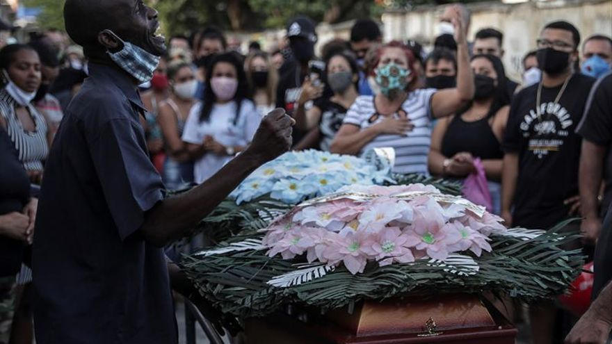 Fotografía de archivo fechada el 19 de mayo de 2020. Familiares y amigos transportan el ataúd de Joao Pedro Matos Pinto, que según parientes denuncian, fue asesinado por la policía federal en la favela del Complejo de Salgueiro, en la ciudad de Sao Gonçalo, vecina de Río de Janeiro (Brasil).