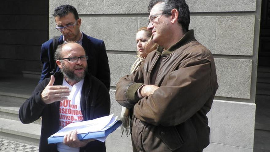 Fernando Gutiérrez, con barba y gafas, en un acto reivindicativo en Tenerife
