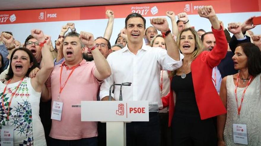 Pedro Sánchez y su equipo cantan la Internacional tras la victoria en las primarias. Marta Jara