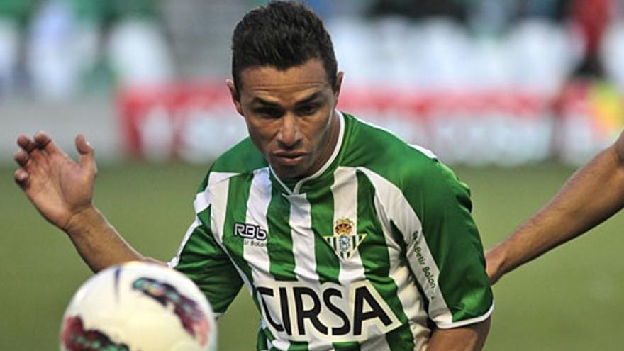 Rubén disputa un balón en una imagen de archivo (realbetisbalompie.es).