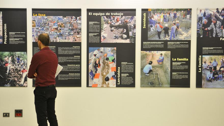Un hombre visita la exposición 'Exhumando fosas, recuperando diginidades'