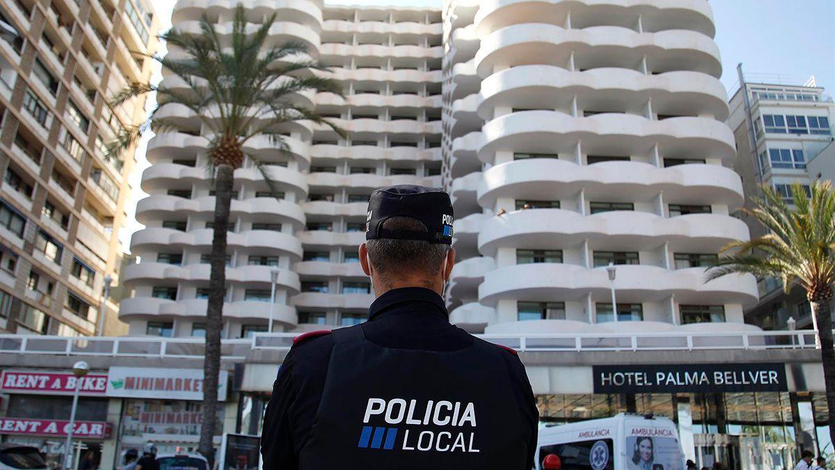 Un policía local de Mallorca ante el Hotel Bellver.