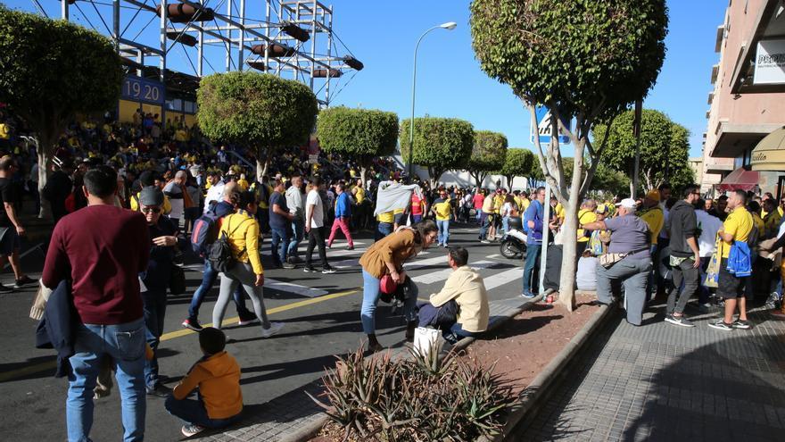 Afición antes de entrar al Estadio de Gran Canaria.