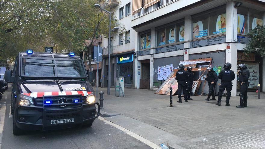 Els Mossos d'Esquadra, poc abans d'entrar al Banc Expropiat