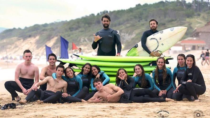 Un grupo de surfistas en la playa de Somo. | SOMO'S BEACH SURF SCHOOL