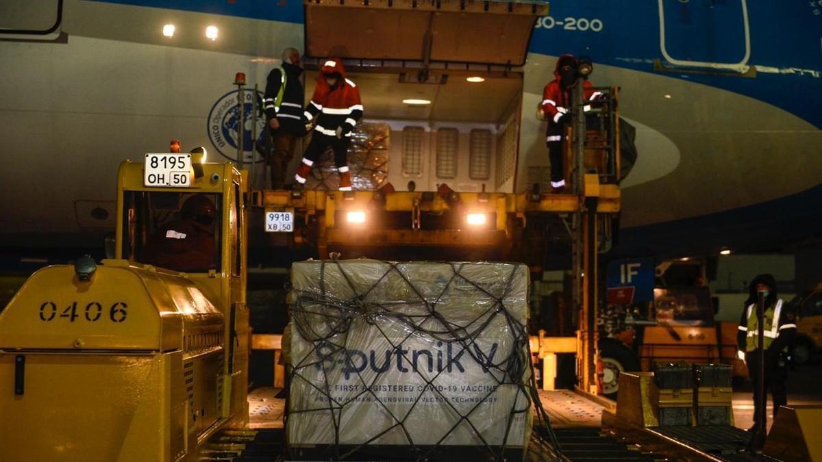 El embarque con las primeras dosis de la Sputnik V para Argentina.