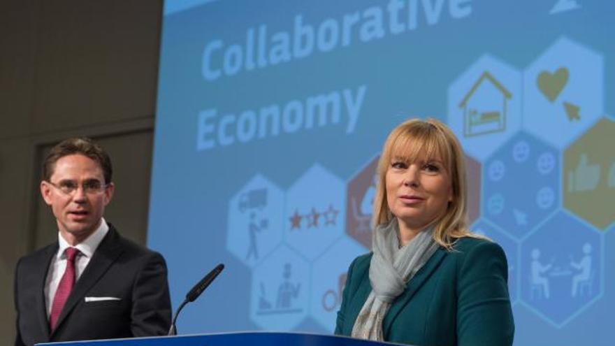 Los comisarios Jyrki Katainen (i) y Elżbieta Bieńkowska