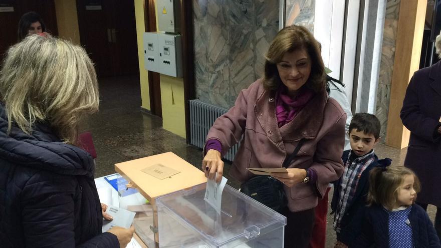 La candidata socialista Ana Botella en el momento de votar.