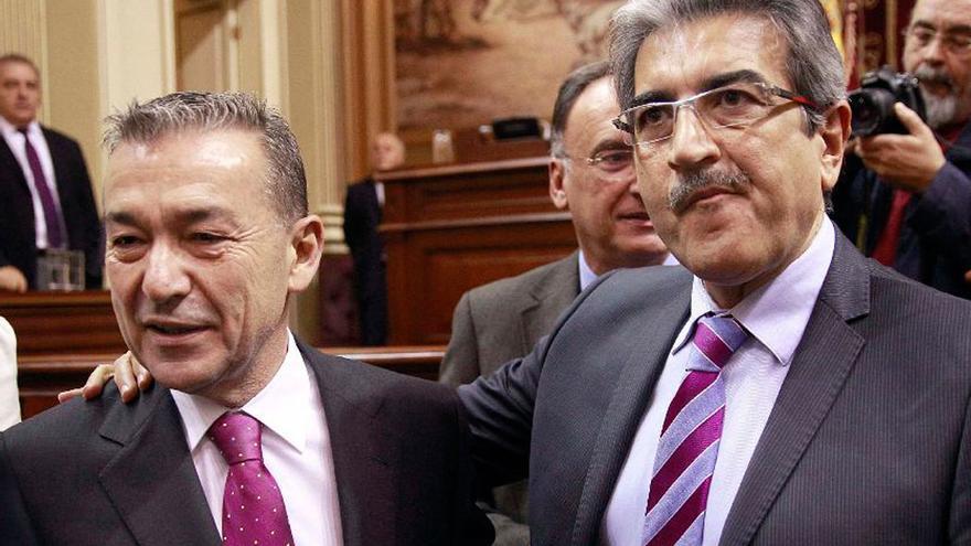 El presidente del Gobierno de Canarias, Paulino Rivero, y el diputado de Nueva Canarias, Román Rodríguez, antes de comenzar en el Parlamento regional el debate./Cristobal García (EFE)
