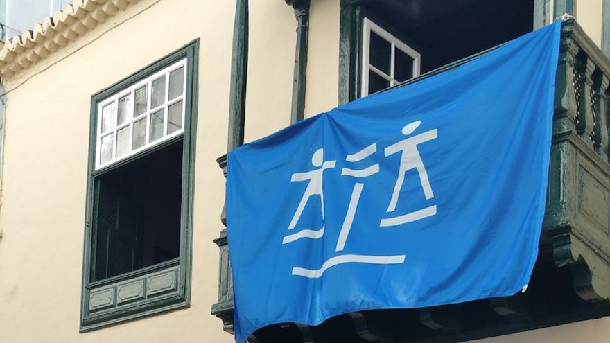 La bandera de la Justicia Gratuita se exhibe en el Colegio de Abogados de la capital. Foto: LUZ RODRÍGUEZ.